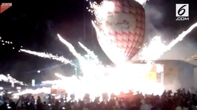 Detik-detik sebuah balon udara meledak di kerumunan saat festival lentera di Myanmar. Meledaknya balon udara karena gagal terbang tinggi.
