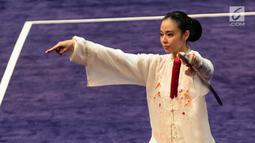 Atlet Timnas Wushu Indonesia Lindswell Kwok saat berlaga dalam pertandingan wushu nomor Tajijian putri di Kuala Lumpur Convention Centre Hall 5, Kuala Lumpur, Malaysia, Selasa (21/8). (Liputan6.com/Faizal Fanani)