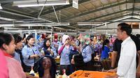 Presiden Jokowi menyambangi sebuah pabrik rambut palsu di Purbalingga, saat kunjungan kerja ke Jawa Tengah, Senin (23/4/2018). (Foto: Istimewa/presidenri.go.id)