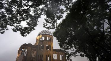 Pohon membingkai Kubah Bom Atom di Hiroshima, Jepang barat, Kamis (15/7/2021). 6 Agustus 2021, menandai peringatan 76 tahun pengeboman atom AS. (AP Photo/Eugene Hoshiko)