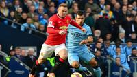 Wayne Rooney akan beradu tajam dengan Sergio Aguero dalam derbi Manchester. (AFP/Paul Ellis)