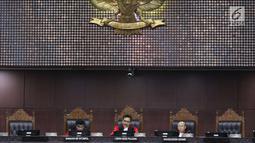 Ketua Hakim Mahkamah Konstitusi I Dewa Gede Palguna (tengah) dan anggota Hakim Mahkamah Konstitusi Manahan MP Sitompul (kiri) dan Wahiduddin Adams saat sidang uji UU BUMN di Jakarta, Senin (5/3). (Liputan6.com/Angga Yuniar)