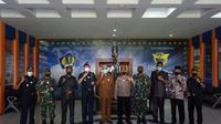 Kantor Wilayah Direktorat Jenderal Bea Cukai Khusus Kepulauan Riau melakukan audiensi dengan Forkopimda Kabupaten Karimun, usai insiden penembakan Haji Permata dalam penindakan terhadap penyelundupan rokok di Tembilahan. (Foto: Liputan6.com/Ajang Nurdin)