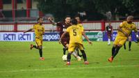 Duel Bhayangkara FC vs PSM di Stadion PTIK, Jakarta (27/4/2019). (Bola.com/Abdi Satria)