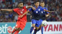 Hariss Harun (merah), wakil kapten timnas Singapura, yang sudah gabung timnas senior sejak usia 16 tahun. (AFP/Tang Chhin Sothy)