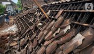 Seorang warga melintas di dekat rumah warga yang ambruk setelah diguncang gempa di Dusun Krajan, Majangtengah, Dampit, Kabupaten Malang, Minggu (11/4/2021). Sejumlah rumah yang rusak berat terpaksa dirobohkan untuk meminimalisir adanya korban jika terjadi gempa susulan (merdeka.com/Nanda F. Ibrahim)