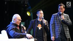 Komika Pandji Pragiwaksono (kanan) meroasting Deddy Corbuzier (kiri) saat tampil di Jakarta Internasional Comedy Festival (JICOMFEST) 2019 di JIExpo, Kemayoran, Jakarta, Sabtu (3/8/2019). JICOMFEST 2019 merupakan komedi festival pertama dan terbesar di Indonesia. (Bola.com/Peksi Cahyo Priambodo)
