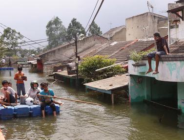 Banjir Setinggi 2,5 Meter di Perumahan Periuk Damai Tangerang Belum Surut