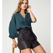 Padukan celana kulit dengan blouse favorit. (Foto: Instagram/ @puppetday)