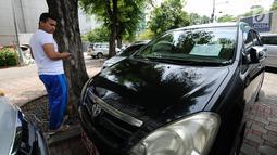 Warga melihat-lihat mobil operasional KPK yang akan dilelang di Gedung KPK Lama, Jakarta, Selasa (27/2). KPK bakal menggelar lelang barang inventaris pada Kamis (1/3/2018) mulai pukul 10.00 WIB sampai dengan selesai. (Liputan6.com/Helmi Fithriansyah)