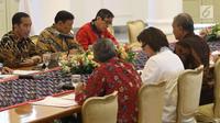 Presiden Joko Widodo didampingi Menko Polhukam, Wiranto dan Menkumham Yasonna Hamonangan Laoly saat melakukan pertemuan dengan pimpinan KPK di Istana Bogor, Jawa Barat, Rabu (4/7). (Liputan6.com/Angga Yuniar)