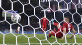 Gol bunuh diri bek Turki, Merih Demiral yang mengawali kekalahan telak 0-3 dari Italia memang menjadi yang pertama kali sepanjang sejarah laga Pembuka Piala Eropa. Namun secara keseluruhan, gol tersebut menjadi kali ke-10 yang terjadi sepanjang sejarah Euro. (Foto: LaPresse via AP/Alfredo Falcone)
