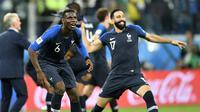 Paul Pogba dan Adil Rami merayakan sukses Timnas Prancis ke final Piala Dunia 2018 usai mengalahkan Belgia 1-0 di semifinal. (AP Photo/Martin Meissner)