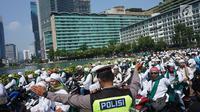 Anggota kepolisian mengatur arus lalu lintas saat rombongan bermotor dari laskar Front Pembela Islam (FPI)  melintas di kawasan Bundaran HI, Jakarta, Rabu (22/5/2019). Massa aksi 22 Mei akan mulai memadati sekitar Bawaslu selepas Dzuhur. (Liputan6.com/Immanuel Antonius)
