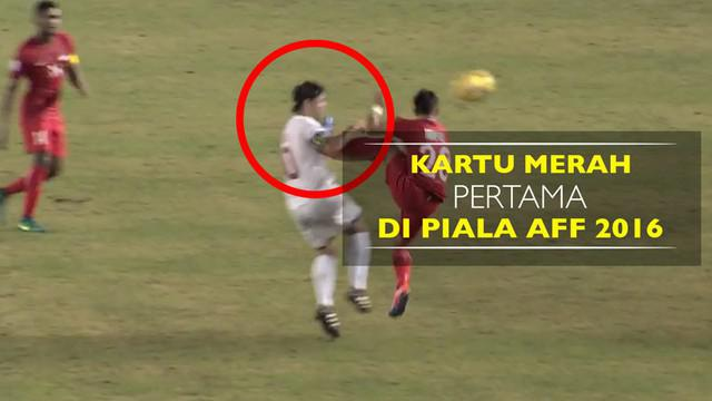 Video kartu merah pertama di Piala AFF 2016 saat pemain Singapura, Hafiz Abu Sujad, tendang wajah pemain Filipina, Phil Younghusband.