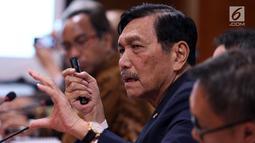 Menko Bidang Kemaritiman Luhut Binsar Panjaitan memberi paparan saat rapat koordinasi membahas pengembangan kendaraan listrik nasional di Gedung DPR, Jakarta, Kamis (29/11). Langkah ini sebagai upaya menekan emisi gas buang. (Liputan6.com/JohanTallo)