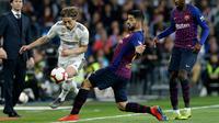 Gelandang Real Madrid, Luka Modric berusaha melewati striker Barcelona, Luis Suarez selama pertandingan lanjutan La Liga Spanyol di Santiago Bernabeu, Madrid (2/3). Barcelona menang tipis atas Real Madrid 1-0. (AP Photo/Andrea Comas)
