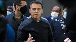 Presiden Brasil Jair Bolsonaro memberikan keterangan dalam konferensi pers di Rumah Sakit Vila Nova Star di Sao Paulo, Minggu (18/7/2021). Jair Bolsonaro sebelumnya, dilarikan ke rumah sakit militer di Brasilia, Rabu (14/7), setelah mengalami cekukan tanpa henti selama 10 hari. (Miguel SCHINCARIOL /