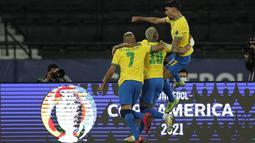Gelandang Brasil, Lucas Paqueta bersama Neymar dan Richarlison merayakan gol yang dicetaknya ke gawang Chile pada perempat final Copa America 2021 di Stadion Nilton Santos, Sabtu (3/7/2021) pagi WIB. Timnas Brasil lolos ke babak semifinal berkat kemenangan 1-0 atas Chile. (AP Photo/Silvia Izquierdo)