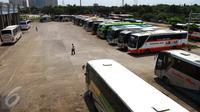 Sejumlah bus terparkir menunggu keberangkatan di Terminal Pulo Gebang, Jakarta Timur, Kamis (20/4). Pemprov DKI Jakarta dengan didampingi Kemenhub akan melakukan pembenahan fasilitas Terminal Pulogebang. (Liputan6.com/Gempur M Surya)