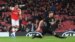 Striker Arsenal Pierre-Emerick Aubameyang mencetak gol ke gawang Eintracht Frankfurt pada matchday kelima Grup F Liga Europa di Emirates Stadium, London, Kamis (28/11/2019). Arsenal ditaklukkan Eintracht Frankfurt dengan skor 1-2 di kandang mereka sendiri. (DANIEL LEAL-OLIVAS/AFP)