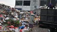 Pemulung mengambil sampah di tempat pembuangan sampah (TPS) di Blok C Pasar Minggu, Jakarta, Minggu (30/4). DPRD DKI meminta pemindahan TPS dekat Lokasi Binaan (Lokbin) Blok C Pasar Minggu dipercepat karena tidak layak. (Liputan6.com/Yoppy Renato)