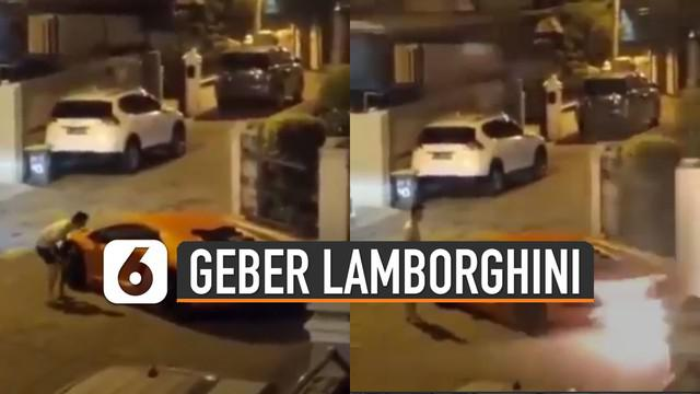 Warga yang protes nampak akan ditabrak Lamborghini itu.