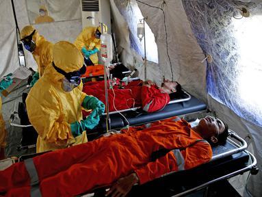 Petugas memeriksa seseorang yang terindefikasi terjangkit wabah saat mengikuti simulasi penanggulangan Public Health Emergency of International Concern (PHEIC) di Tanjung Priok, Jakarta, Kamis (14/4). (Liputan6.com/Faizal Fanani)