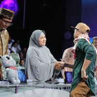 Haziq Kujeek harus angkat koper dari panggung Aksi Asia 2018. Ia memberikan Mama Dedeh boneka Bekantan (Adrian Putra/Bintang.com)