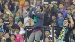Suporter Tira Persikabo saat melawan Arema FC pada laga Shopee Liga 1 di Stadion Pakansari, Bogor, Senin, (2/3/2020). Tira Persikabo takluk 0-2 dari Arema FC. (Bola.com/M Iqbal Ichsan)