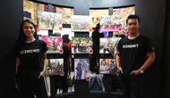 Cast film 22 Menit Hana Malasan dan Ade Firman Hakim menikmati karya fotografi finalis Anugerah Jurnalistik Polri (Liputan6.com/Pool/Budi Susanto)