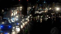 Hingga larut malam, sejumlah aparat kepolisian terus berjaga mengantisipasi meningkatnya kepadatan kendaraan di pintu keluar tol Cikampek menuju jalur Pantai Utara pulau Jawa, (27/7/2014). (Liputan6.com/Miftahul Hayat)