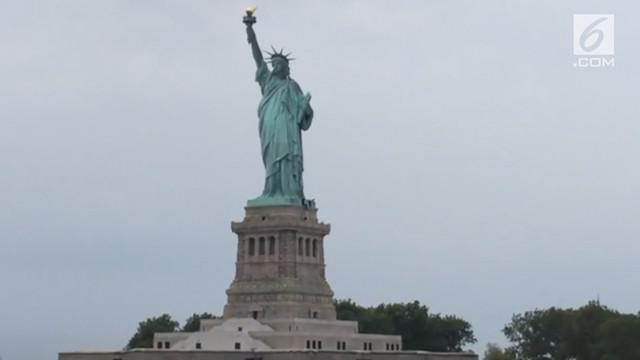 Seorang wanita nekat memanjat Patung Liberty di New York, untuk memprotes kebijakan imigrasi pemerintah Presiden Donald Trump. Ia ditangkap oleh polisi setelah dievakuasi.