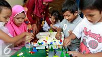 Sejumlah anak saat bermain lego di RPTRA Kenanga di Cideng, Jakarta, Kamis (22/10/2015). Kunjungan Ratu Denmark Margrethe II sekaligus menyumbangkan permainan Lego bagi sejumlah anak-anak di RPTRA. (Liputan6.com/Yoppy Renato)