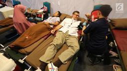 Presdir AXA Mandiri Jean-Philippe Vandenschrick mendonorkan darah pada acara CR Week 2018 di Jakarta, Selasa (26/6). PMI menargetkan hingga 4,5 juta kantong darah sesuai dengan kebutuhan darah nasional. (Liputan6.com/Fery Pradolo)