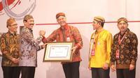 Gubernur Jawa Tengah, Ganjar Pranowo menerima penghargaan Kemendagri di acara Rapat Koordinasi Pengawasan Penyelenggaraan Pemerintahan Daerah Secara Nasional (Rakorwasdanas) 2019.