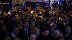 Calon penumpang berdesakan masuk ke dalam stasiun Waterloo selama aksi mogok kerja yang dilakukan para pekerja kereta bawah tanah di London, Senin (9/1). Mogok kerja tersebut dipicu persoalan pemecatan dan penempatan staf. (Daniel Leal-Olivas/AFP)