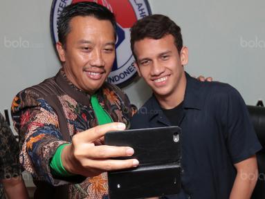 Menpora, Imam Nahrawi (kiri) berfoto selfie dengan Egy Maulana Vikri di Kementrian Pemuda dan Olahraga, Jakarta, (5/1/2018). Egy Maulana memiliki peluang bermain di Eropa tahun 2018. (Bola.com/Nicklas Hanoatubun)