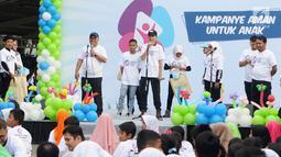 Ketua KPU Arief Budiman bersama anak-anak dan remaja memberi sambutan pada cara Deklarasi Pemilu Ramah Anakdi Gedung Bawaslu, Jakarta, Minggu (17/3). Deklarasi diikuti KPAI, KPU, Bawaslu dan Kementerian PPA.(Www.sulawesita.com)