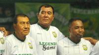 Salah satu legenda Persebaya, Rudy Keltjes (tengah), memberikan pesan penting kepada pemain Green Force musim ini. (Bola.com/Fahrizal Arnas)