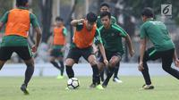 Pemain Timnas Indonesia U-19, Witan Sulaeman saat latihan jelang laga perdana Grup A Piala AFC U-19 di Lapangan A Kompleks GBK, Jakarta, Rabu (17/10). Indonesia akan melawan Chinese Taipei, Kamis (18/10). (Liputan6.com/Helmi Fithriansyah)