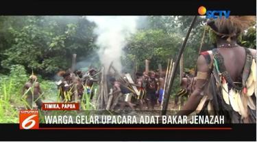 Pembakaran jenazah korban pertikaian antarkelompok di Distrik Kwamki Narama, Timika, Papua, dikawal oleh tim gabungan TNI-Polri.