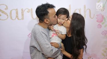 Ruben Onsu dan sang istri, Sarwendah mencium putri mereka, Thalia disela perayaan ulang tahun di kawasan Pejaten, Jakarta, Selasa (29/8). Tunjukkan rasa cinta, Ruben memberikan kejutan di hari ulang tahun Sarwendah ke-28.  (Liputan6.com/Herman Zakharia)