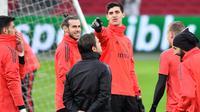 Kiper Real Madrid, Thibaut Courtois, berbincang dengan Gareth Bale saat latihan jelang laga Liga Champions 2019 di Johan Cruijff Arena, Selasa (12/2). Real Madrid akan berhadapan dengan Ajax Amsterdam. (AFP/Emmanuel Dunand)