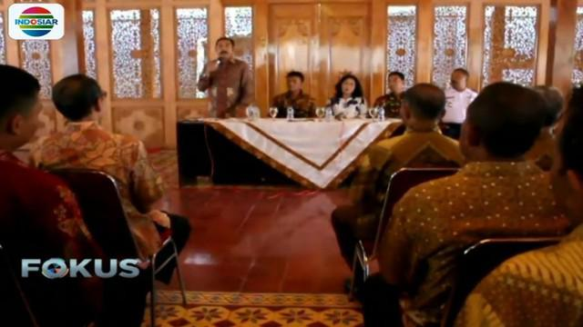 Walikota Solo Hadi Rudiyatmo juga menugaskan ratusan anggota Linmas dan petugas kebersihan untuk pernikahan Kahiyang-Bobby.