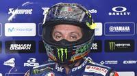 Pebalap Movistar Yamaha, Valentino Rossi, bingung dan khawatir dengan hasil pada hari ketiga tes pramusim MotoGP 2018 di Sirkuit Sepang, Selasa (30/1/2018). (AP Photo/Sadiq Asyraf)