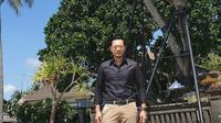 Penampilan keren AHY saat pose di depan pohon kelapa bercabang 41 di Kuta, Bali. (dok. Instagram @agusyudhoyono/https://www.instagram.com/p/B5cirKTnJOJ/Putu Elmira)