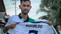 Martunis memamerkan jersey Real Madrid pemberian Ronaldo yang akan dilelang (Dok.Instagram/@martunis_ronaldo/https://www.instagram.com/p/B-69nATFI7Q/Komarudin)