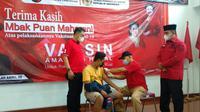 Salah seorang warga mendapatkan Vaksin Sinovac. Vaksinasi ini disalurkan oleh Ketua DPR Puan Maharani melalui anggota Fraksi PDI Perjuangan Nasyirul Falah Amru. (Istimewa)