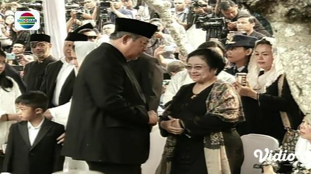 Momen hangat terjadi saat pemakaman Ani Yudhoyono. Lama tak berjumpa, Megawati yang hadir di pemakaman, tampak tersenyum saat bersalaman dengan SBY.